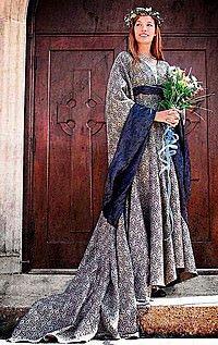 Festliches Mittelalter-Kleid mit langer Schleppe
